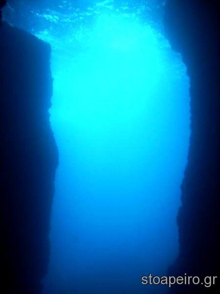 Υποβρύχιο φαράγγι στην Ναυκτηρία απέναντι από την Πύλο